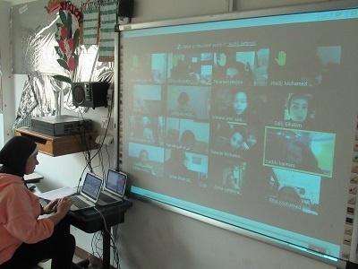 queen language school - teacher explaining lesson online using class management system skolera